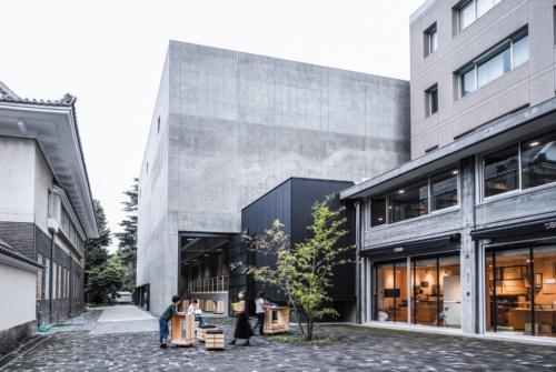 書庫棟の外観。右手の既存図書館棟とつながる。左の隣棟は正木記念館(写真:野田 東徳)