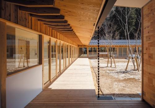 中庭をコの字形に囲む縁側(写真:淺川 敏)