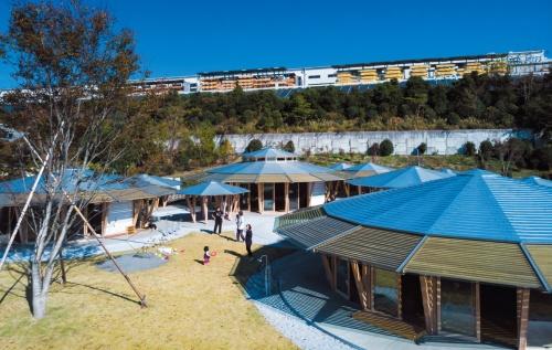円形の屋根が連なる。重なり連続する軒下は廊下として利用できる(写真:木田 勝久)