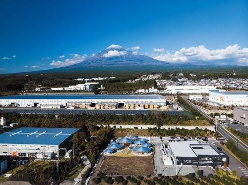 保育園は富士山の裾野に位置する。周囲は工業団地ながら、富士山や駿河湾に近く、おおらかな環境にある(写真:木田 勝久)