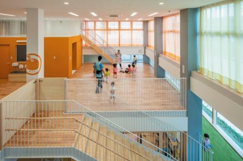 2階の1歳児保育室。右下に回廊スロープが見える(写真:淺川 敏)
