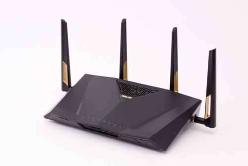 ASUSのIEEE 802.11axドラフト版対応無線LANルーター「RT-AX88U」。IEEE 802.11axの最大速度は5GHz帯が4804Mビット/秒、2.4GHz帯が1148Mビット/秒