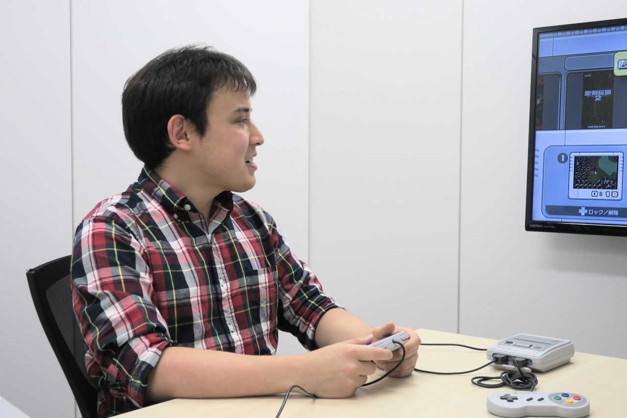 「ニンテンドークラシックミニ スーパーファミコン」を操作するエディさん
