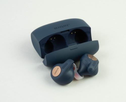 耳にフィットするスポーツタイプの完全ワイヤレスイヤホンだ