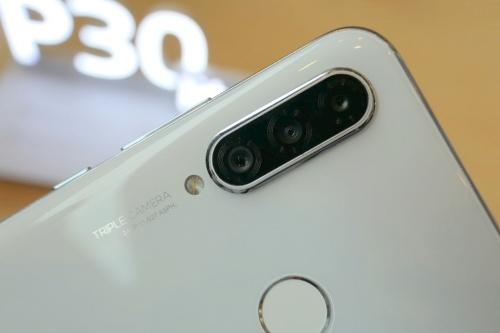AI対応のトリプルカメラを搭載
