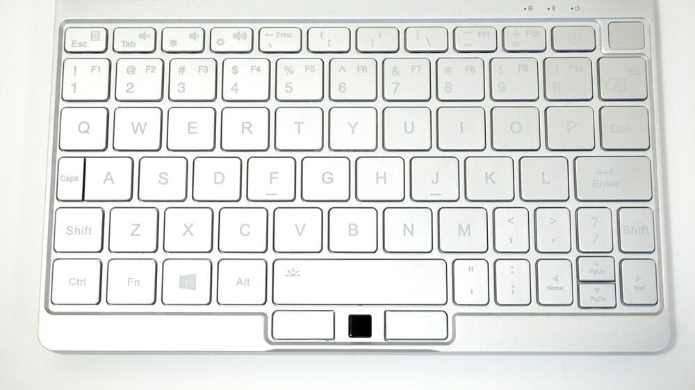 キーピッチは実測で18mm。右上にある小さなパッドは指紋認証センサーだ