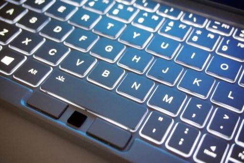 バックライトが組み込まれており、暗い場所でもキートップが読める