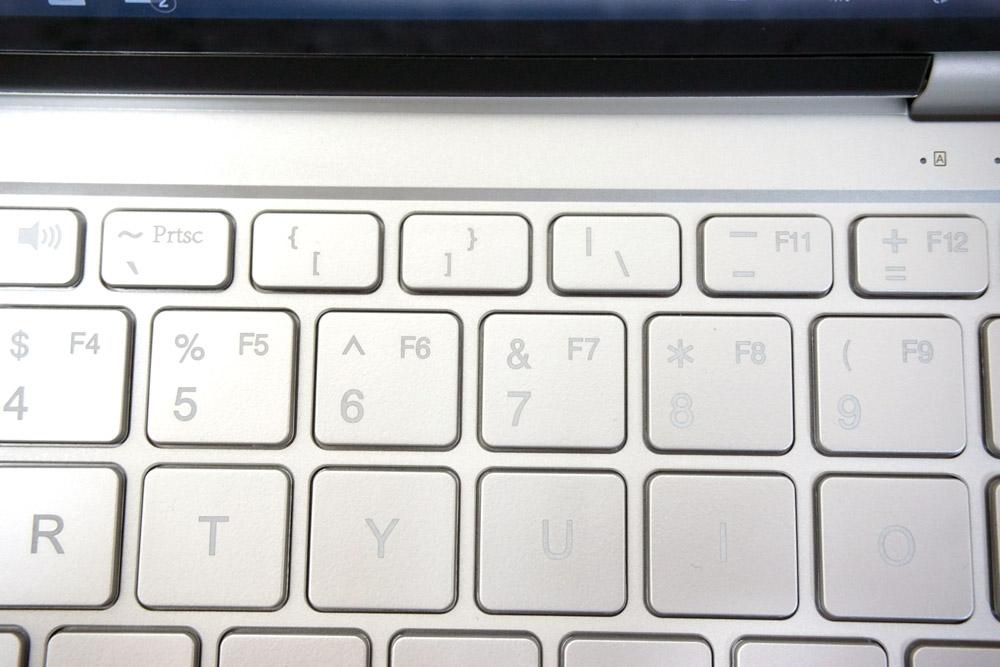 カッコキーは、数字キーの「5」と「6」の上にある。音引きは「8」の上だ