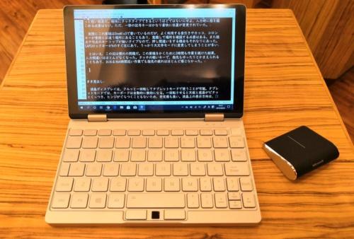 作業時はマイクロソフトのBluetooth接続マウス「Wedge Touch Mouse」も利用した