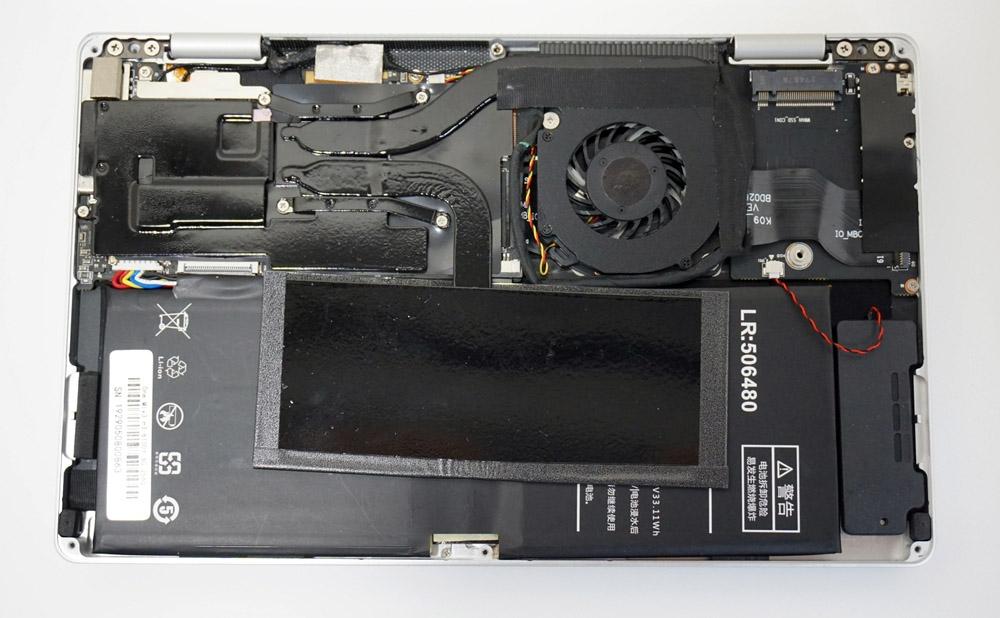 底面のねじを外すと、PC内部にアクセスできるようになる