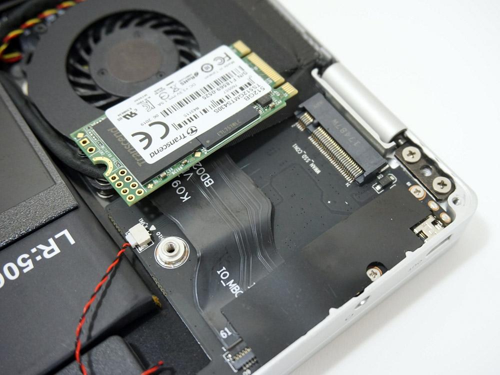 写真の右上にあるのがM.2スロット。SSDを組み込むとリボンケーブルにかぶさってしまう
