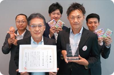 キユーピーの生産技術部の荻野武未来技術推進担当部長(前列左)ら開発メンバー