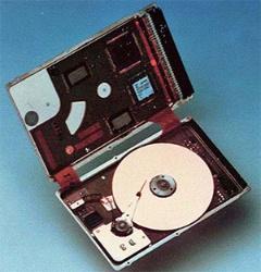 富士通が1992年に試作した、垂直記録方式を用いた 1.8インチHDD。細長いアームが特徴。(写真:富士通)