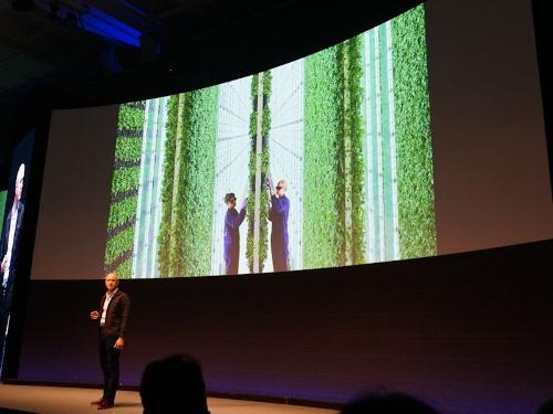写真●自社の植物工場を紹介する米プレンティのマット・バーナード最高経営責任者(CEO)