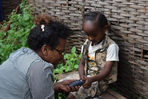 途上国の子どものワクチン接種率を高めるため、NECは幼児の指紋認証技術を活用(写真提供:英シムプリンツ・テクノロジー)