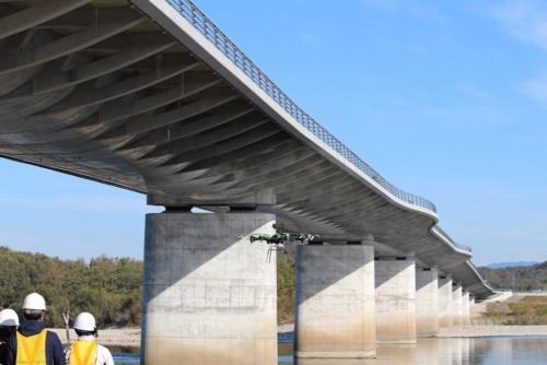定期点検にドローンなどを活用した各務原大橋。2013年に完成した橋長594mのプレストレスト・コンクリート(PC)10径間連続フィンバック橋だ(写真:岐阜大学)