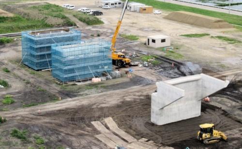 建設中の試験用橋梁。長さ50m、道路幅は10m。2020年3月までに完成する予定だ(写真:日経コンストラクション)