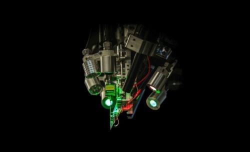 電極を脳に埋め込む手術用ロボット(ニューラリンクがYouTubeで公開している動画からキャプチャー)