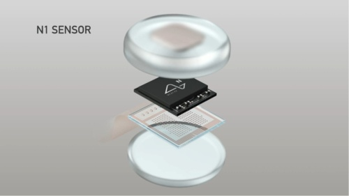 N1チップは電極と接続した上で防水ケースに入れる(ニューラリンクがYouTubeで公開している動画からキャプチャー)