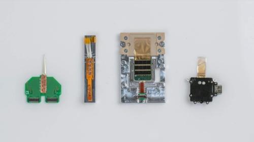 N1チップに至るまでに試作してきた電極および記録・解析チップ(ニューラリンクがYouTubeで公開している動画からキャプチャー)