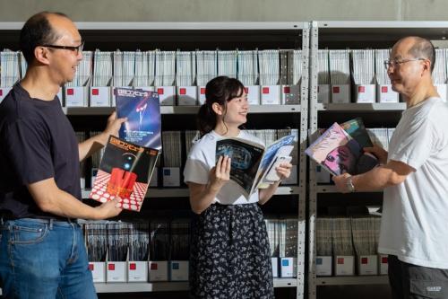 ほぼ1000冊の日経コンピ ュータの背表紙を眺め、「こ れは」と思う号を取り出して 読み、意見交換をした(写真:菅野 勝男)