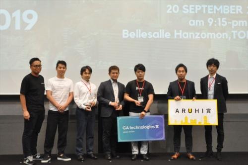 「BEST OF PROPTECH 2019」の受賞者と賞のプレゼンター。左から、PropTech JAPANの桜井駿氏(創設者)、スポンサー企業であるGA technologiesの樋口龍氏(代表取締役社長 CEO)、「BEST OF PROPTECH 2019」を受賞したPropre Pte. Ltd.の白井久也氏(創業者 CEO)、TRUSTDOCKの千葉孝浩氏(代表取締役 CEO)、ビットキーの福沢匡規氏(代表取締役 COO)(特別賞の「GA technologies賞」も受賞)。特別賞の「ARUHI賞」を受賞したEQONの沢井慎二氏(取締役 共同創業者)、スポンサー企業であるARUHI(アルヒ)の石橋薫氏(マーケティング本部副本部長 マーケティングコミュニケーション部長 デジタル戦略部長) (写真:日経 xTECH)