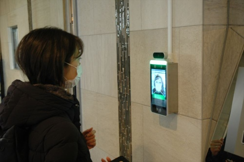 賃貸マンションのエントランスに設置したライナフの「検温機能付きAI顔認証エントランスシステム」。ライナフは、自社で開発した顔認証の技術に、他社のサーモカメラの技術を組み合わせて一体化した(写真:日経クロステック)