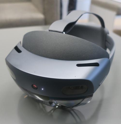 HoloLens 2を前方から見たところ。センサーがたくさん付いている(写真:日経アーキテクチュア)
