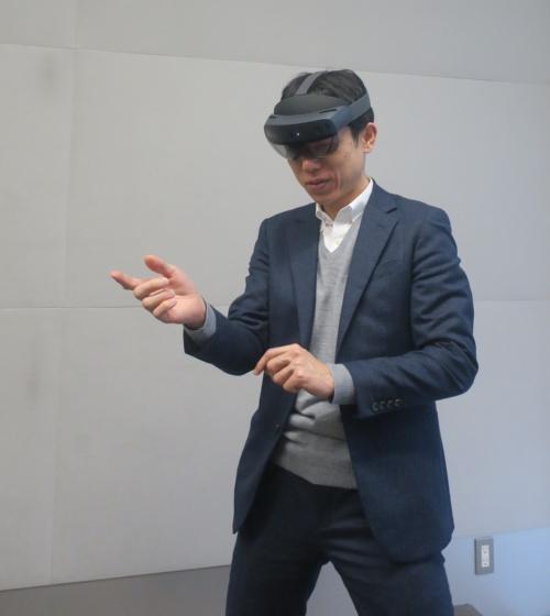 HoloLens 2を試す竹中工務店の花岡郁哉氏(写真:日経アーキテクチュア)