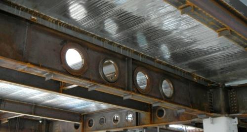 鉄骨梁に設けた貫通孔の例(写真:building SMART Japan 構造設計小委員会 鉄骨梁貫通補強WG)