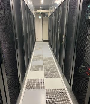 ラックにコンピューターが並ぶデータセンターのイメージ(写真:TOKAIコミュニケーションズ)