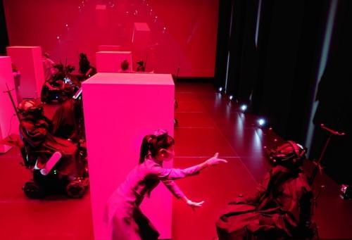 ダンサーが体験者を招き寄せる。そのダンサーが目の前から急に消えたら、どう感じるか(写真:日経クロステック)