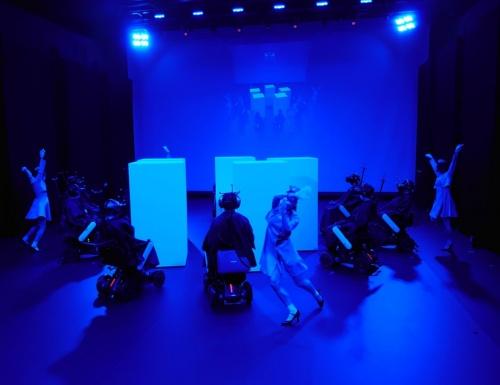 体験者とダンサーの合計15人全員がborder 2021の「出演者」になる(写真:日経クロステック)