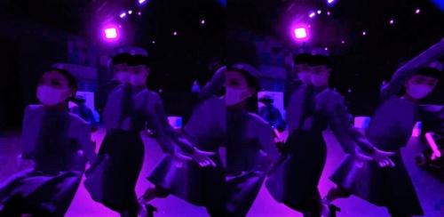 何人ものダンサーが猛スピードで目の前を通り過ぎていく。ダンサーは本物か、バーチャルか。HMDで動く映像を見ていると区別がつきにくい。以下、左右で同じ画像が映っているものは、HMDをかぶって両目で見た世界(資料:ライゾマティクス)