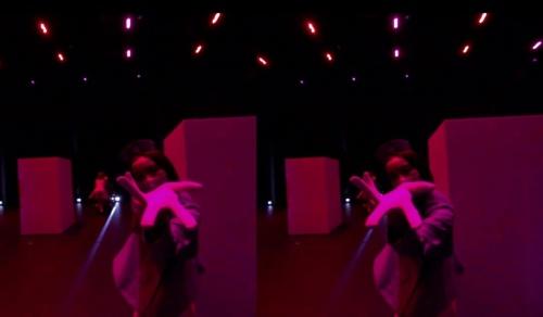 ダンサーが手招きすると、電動車椅子が前に動き出す。ダンサーにはタイミングを合わせる高いスキルが求められる(資料:ライゾマティクス)