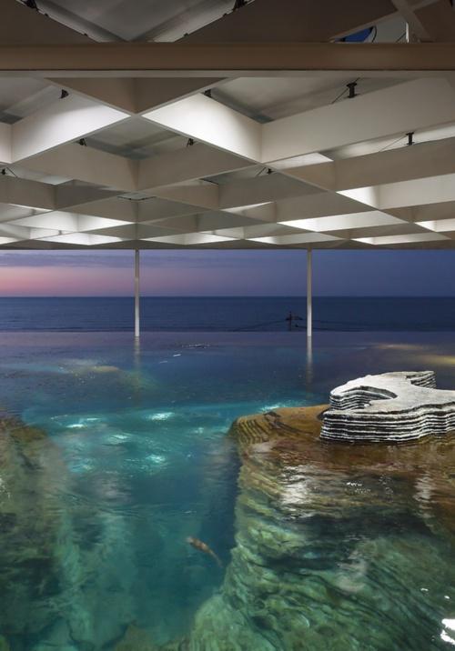 日本海の海底地形を再現した「うみがたり大水槽」。水深は最大7.3mある(写真:浅田 美浩)