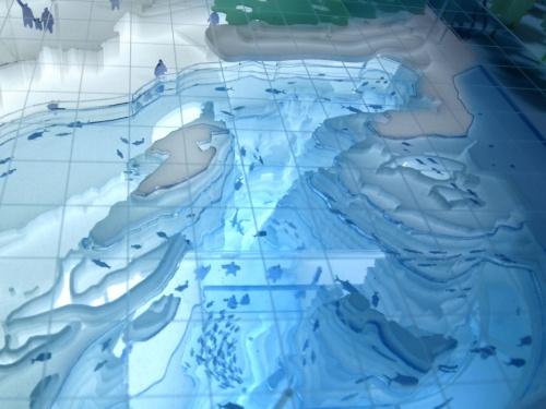 大水槽のイメージ図。上越沖の風景をそのまま水槽に持ち込む。能登半島や佐渡島が確認できる。来場者が近づける水槽の縁は、日本海沿岸の地形をかたどったもの(資料:日本設計)
