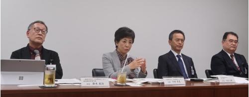 清水建設(右の2人)と日本建築センター(左の2人)の幹部がそろって会見した。時節柄、少人数で実施された(写真:日経アーキテクチュア)