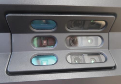本体前面にカメラが6つ、赤外線センサーが3つ付いている(写真:日経アーキテクチュア)