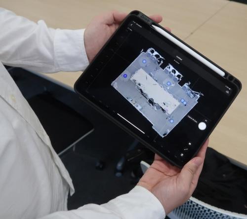 撮影した位置は、iPadに青い丸印で表示される(写真:日経アーキテクチュア)