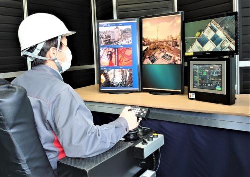オペレーターは6種類のモニターを見ながら、タワークレーンを操作する。右の2つは運転席にもある稼働モニター、正面は運転席前方の眺めを撮影している360度カメラの映像、左は運転席後方などを撮影している映像(写真:日経クロステック)