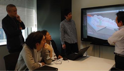 日本設計の設計者や擬岩づくりの名人から、岩場のデジタル設計について話を聞く私(右)。水族館づくりの話を聞くのは初めてだった(写真:日経アーキテクチュア)