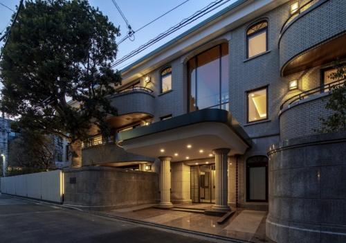 2020年3月に東京都渋谷区の住宅街に完成した、超高級の分譲マンション「プラウド上原フォレスト」の外観(写真:竹中工務店)