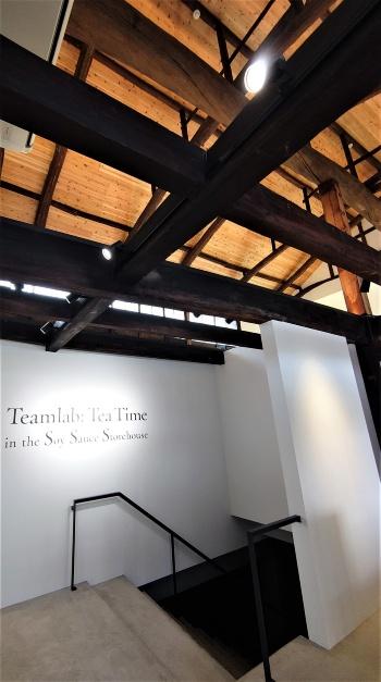 改修した建物の地下に作品を展示している。石の階段を下りて地下に進む(写真:日経クロステック)