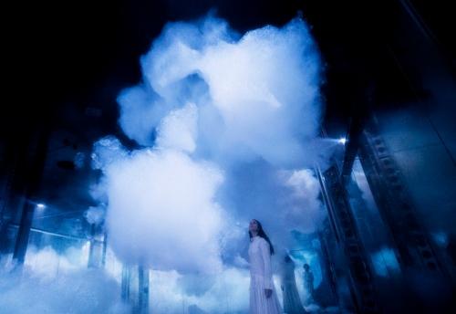 チームラボはSuperblue Miamiのオープニング展で、「雲」のような作品などを展示する。泡でできた雲は、生き物のように動き回る。しかし、つかむことはできない(写真:teamLab、Massless Clouds Between Sculpture and Life、2020 teamLab、courtesy Pace Gallery)