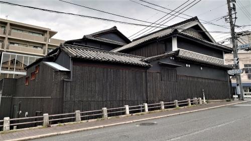 旧醤油蔵を改修して設けた福岡醤油ギャラリーは、市の観光名所である「岡山後楽園」の玄関口エリアに位置する(写真:日経クロステック)