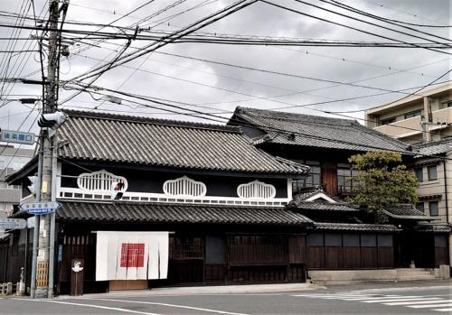 作品を展示している岡山市の文化施設「福岡醤油(しょうゆ)ギャラリー」。建物はかつて、醤油の製造所だった(写真:日経クロステック)
