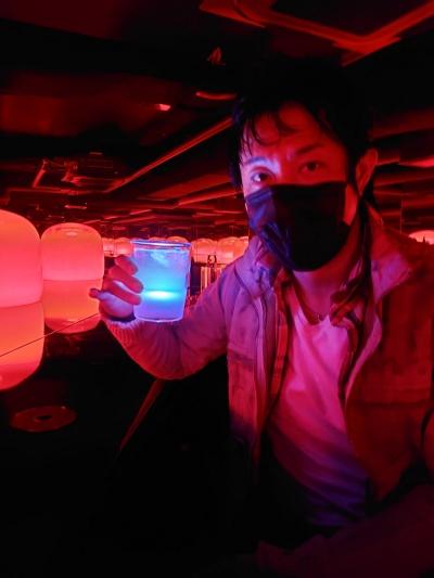 猪子氏は今回の新作で、地下に醤油が眠っていたことから着想した黒い水盤を設置することにこだわった(写真:日経クロステック)
