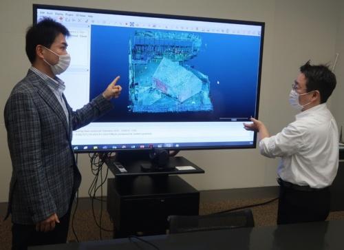 技術研究所に所属する染谷俊介氏(左)から、点群活用の適用例を説明してもらう私。新型コロナによる外出自粛要請が解け、ようやく6月に直接話を聞ける機会を得た(写真:日経クロステック)