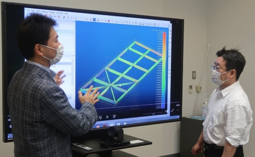 点群を鉄骨の製品検査に用いることを提案した、技術研究所の染谷俊介氏(左)。人手による計測をデジタルに替える典型例だ(写真:日経クロステック)